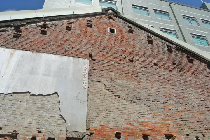 台南市看西教會旁日治時期建築「佐佐木本店」被拆除, 牆上仍留有當年老屋的殘壁。記者修瑞瑩/攝影