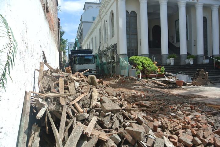 台南市看西教會旁日治時期建築「佐佐木本店」被拆除,歷史老屋又少一棟。記者修瑞瑩/攝影
