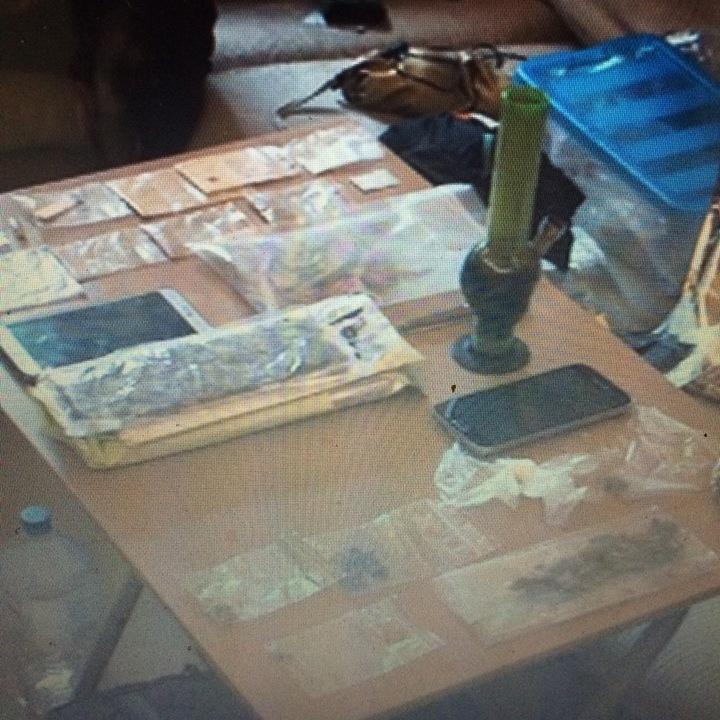 基隆憲兵隊查獲美語老師持有大麻和迷幻蘑菇,桌上擺放大麻吸食器。記者林孟潔/翻攝