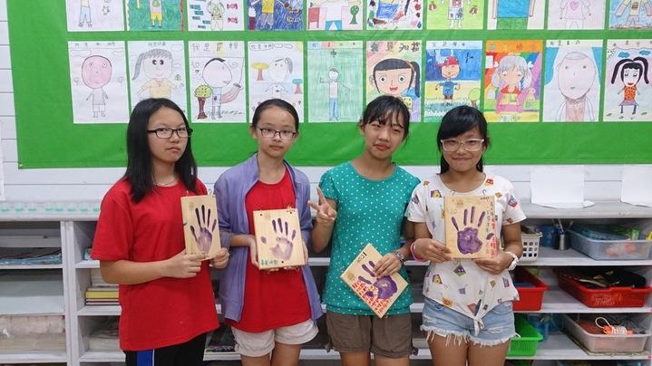 羅東國小畢業生,畢業再在木板印上的手印,印證成長。圖/羅東國小提供