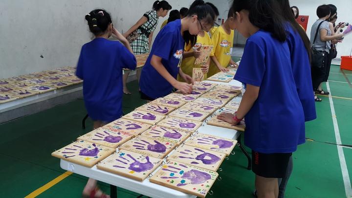 羅東國小畢業生,在木板印上手印,記錄六年成長。記者廖雅欣/攝影