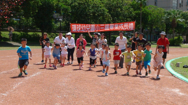 環球科技大學附設幼兒園小朋友想畢業得先通過小三鐵的考驗,包括跑步800公尺、騎單車2.2公里、打水仗,確認擁有健康體魄才能畢業。記者陳雅玲/攝影