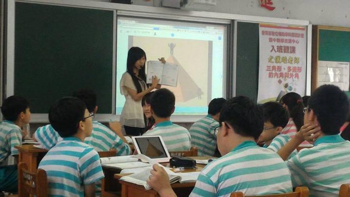 英明國中教師尤儷璇請學生一邊閱讀課文,一邊找出關鍵字,完成學習單。圖/教育部提供