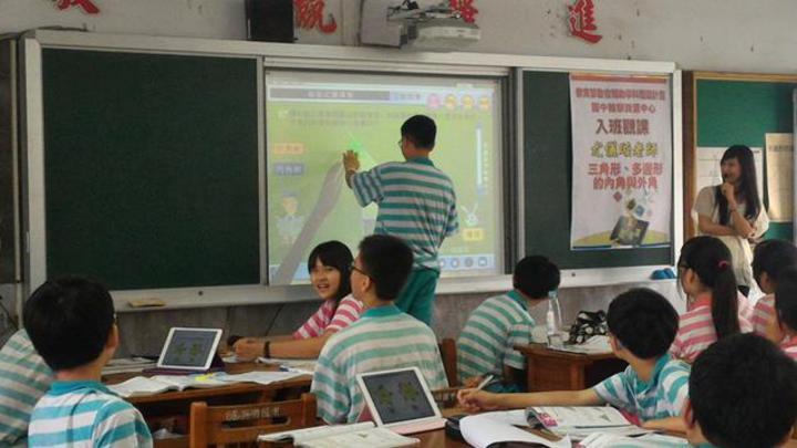 高雄市英明國中學生使用數位互動軟體學習三角形的外角和。學生藉由拉動白板上的三角形頂點,繪出不同的三角形,實際體驗三角形外角和意義。圖/教育部提供