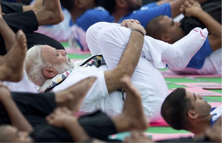 印度總理莫迪今在國際瑜珈日(6/21)與民眾一同練習瑜珈。/圖 美聯社