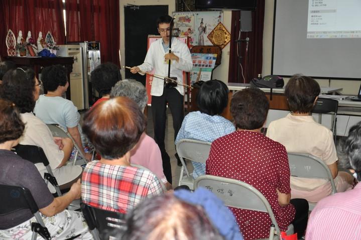 台南市立醫院中醫師林律安喜歡以二胡傳遞歡樂