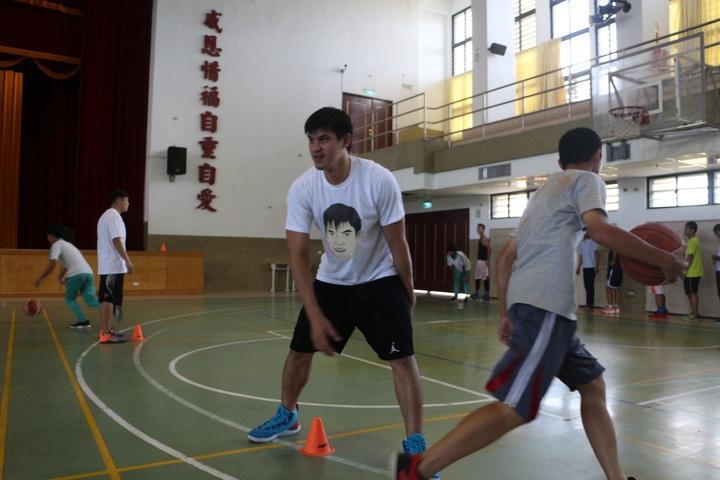 楊敬敏指導玉里高中的小球員。   圖/多拏運動提供