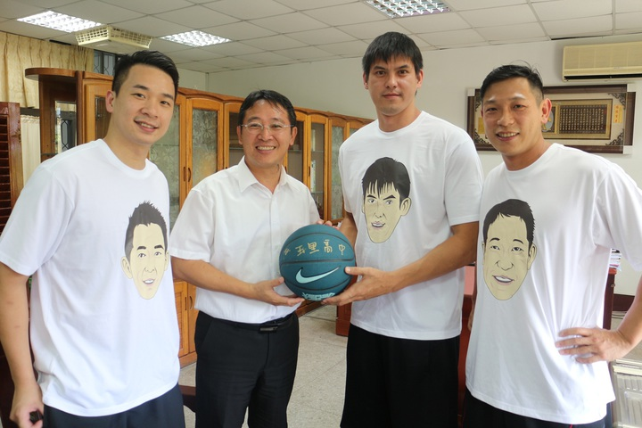楊敬敏(右二)邀請好友王志群(左一)、許皓程(右一)一同做公益。  圖/多拏運動提供