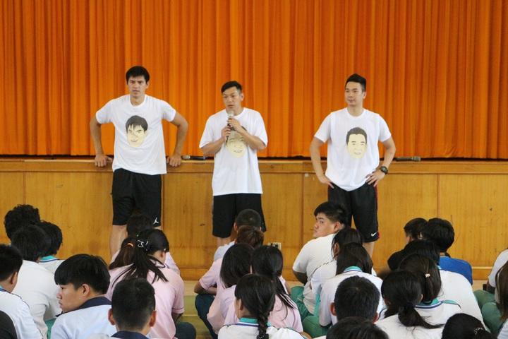 楊敬敏(左一)邀請好友王志群(右一)、許皓程一同做公益。圖/多拏運動提供