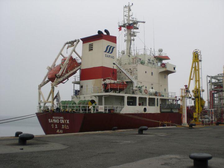 94年一艘韓國化學輪汙染我國海洋遭查封拍賣,經嘉義行政分署與環保署隊鍥而不捨努力,歷經5年繁瑣拍賣程序,日前完成法院提存款分配程序,為國庫進帳3899萬2168元。圖/嘉義行政分署提供