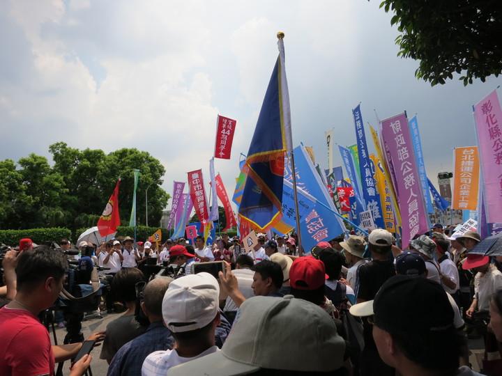 監督年金聯盟上千人在凱道集結,送6年金委員會委員進總統府10問小英。記者陳智華/攝影
