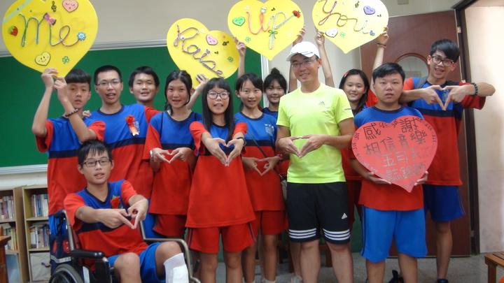 福興國中315班學生,感謝五月天,雙手送給五月天滿滿的愛心。記者郭宣彣/攝影