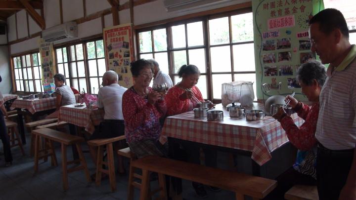 柴林腳基金會自辨的老人食堂,村民也很鼓勵長輩前往,不要一個人悶在家。記者謝恩得/攝影