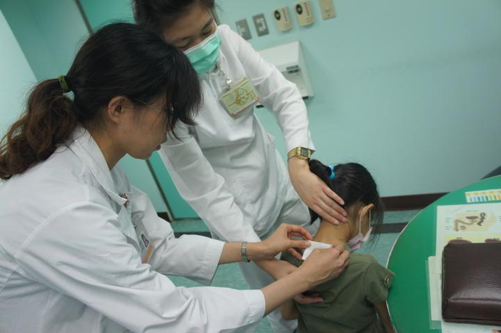 奇美醫院即日起提供夏季「三伏帖」治療服務。圖/奇美醫院提供