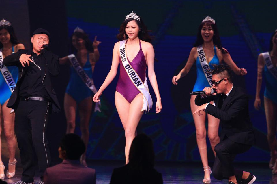 樂團玖壹壹在金曲舞台飆歌,請來大批選美佳麗助陣吸睛效果十足。記者林伯東/攝影