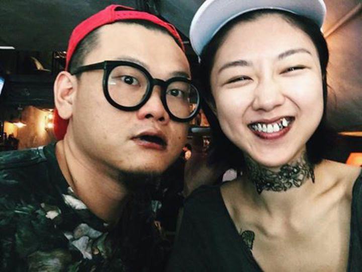 顏卓靈(右)在臉書貼出她與白只(左)的搞笑照片,大方認愛。圖/摘自顏卓靈臉書