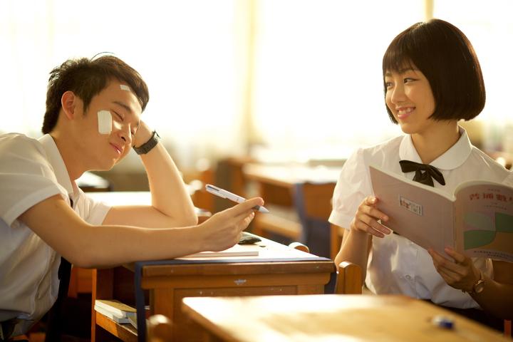 顏卓靈(右)在暑假新片「六弄咖啡館」中與董子健(左)配對。圖/華聯提供