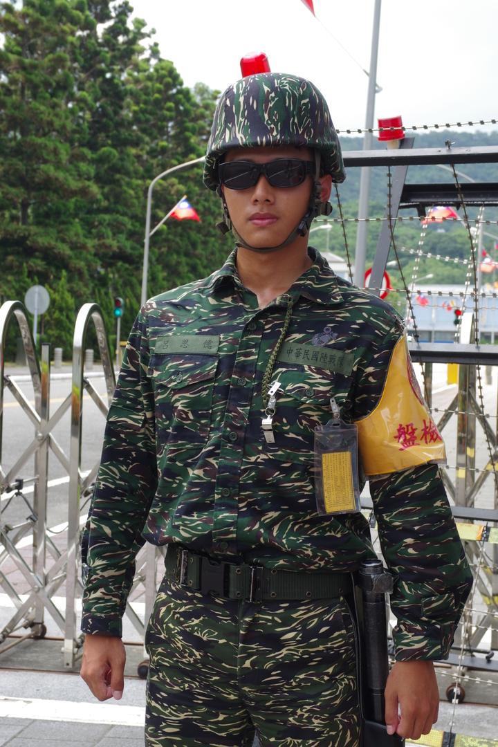 海軍總部大門口的衛兵,雖然穿著陸戰隊制服,其實兵籍屬於憲兵。(記者程嘉文攝影)