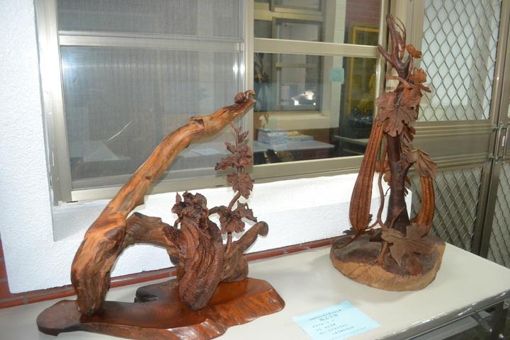 行政執行署台南分署查封木雕藝術品,拍賣前舉辦「藝術展」,讓民看個仔細。記者鄭惠仁/攝影