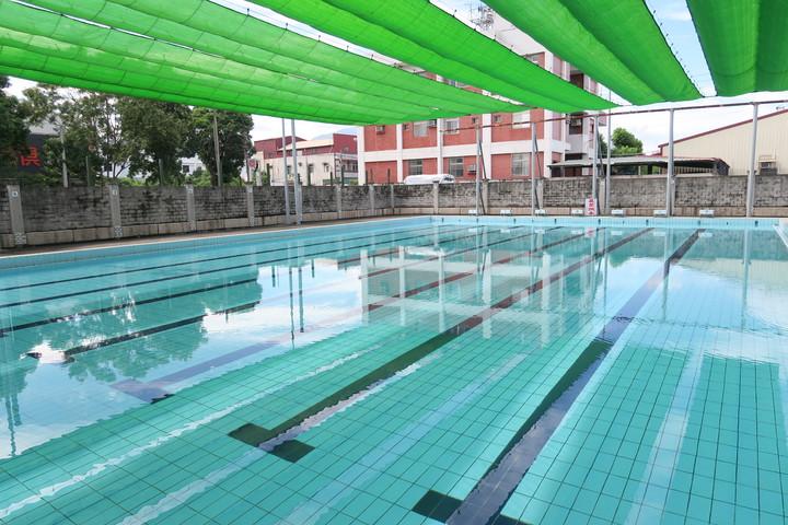 古坑鄉立游泳池明天起至8月31日,免費開放給民眾使用。記者李京昇/攝影