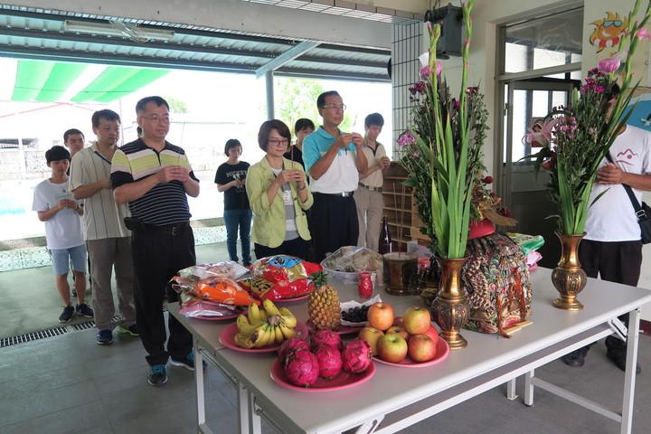 鄉長黃意玲今天主持開池儀式,並祈求平安。記者李京昇/攝影