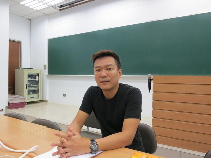 台北市補教協會化學科老師盧澔指出,今年指考化學科考題是10年最難。記者陳智華/攝影