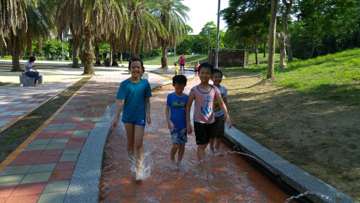 苗栗縣頭份市運動公園今天起開放水漾步道親水設施,不少家長帶孩子「嘗鮮」。記者翁浩然/攝影