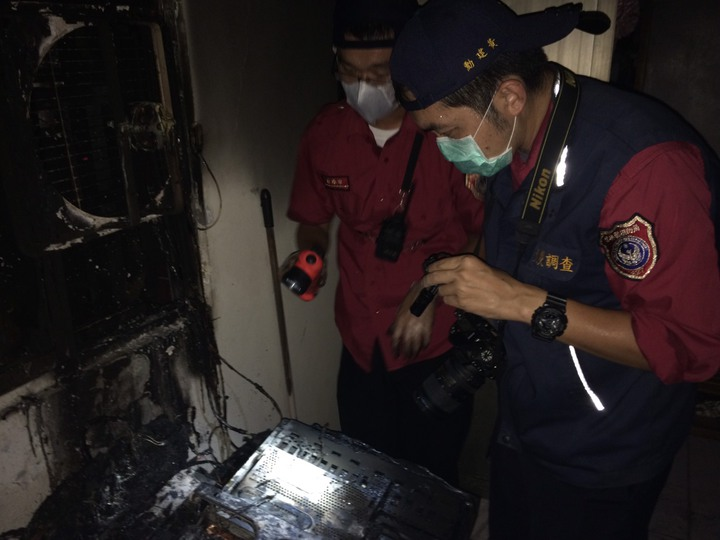 消防人員鑑識起火原因。民眾/提供