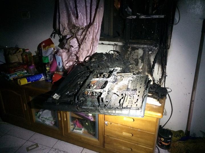 阿嬤的新電視燒得面目全非。民眾/提供