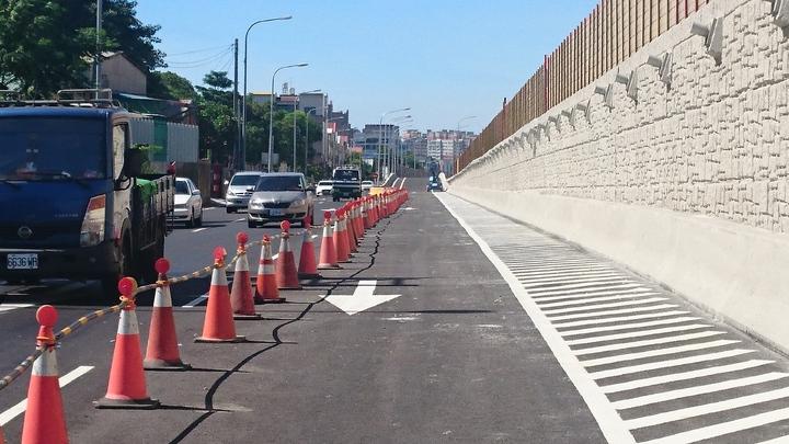 中山高大灣交流道南下出口匝道完工, 訂6日下午通車。記者周宗禎/攝影