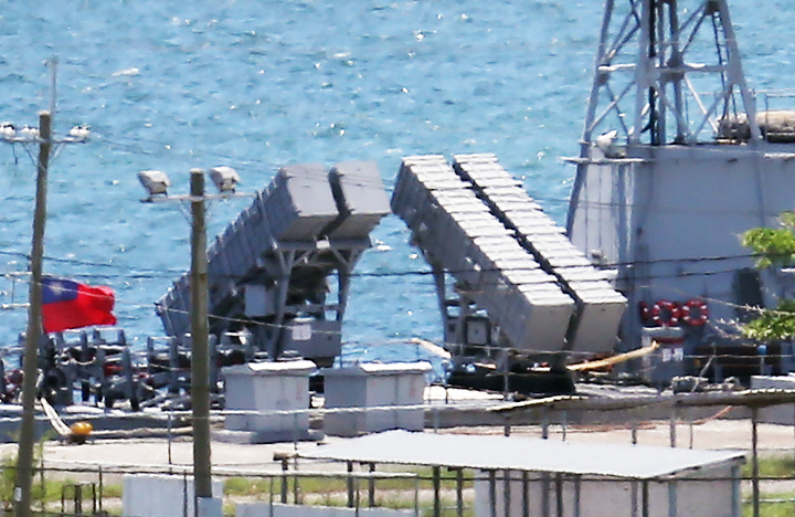 海軍錦江級軍艦後方有四枚雄風飛彈發射器。記者劉學聖/攝影