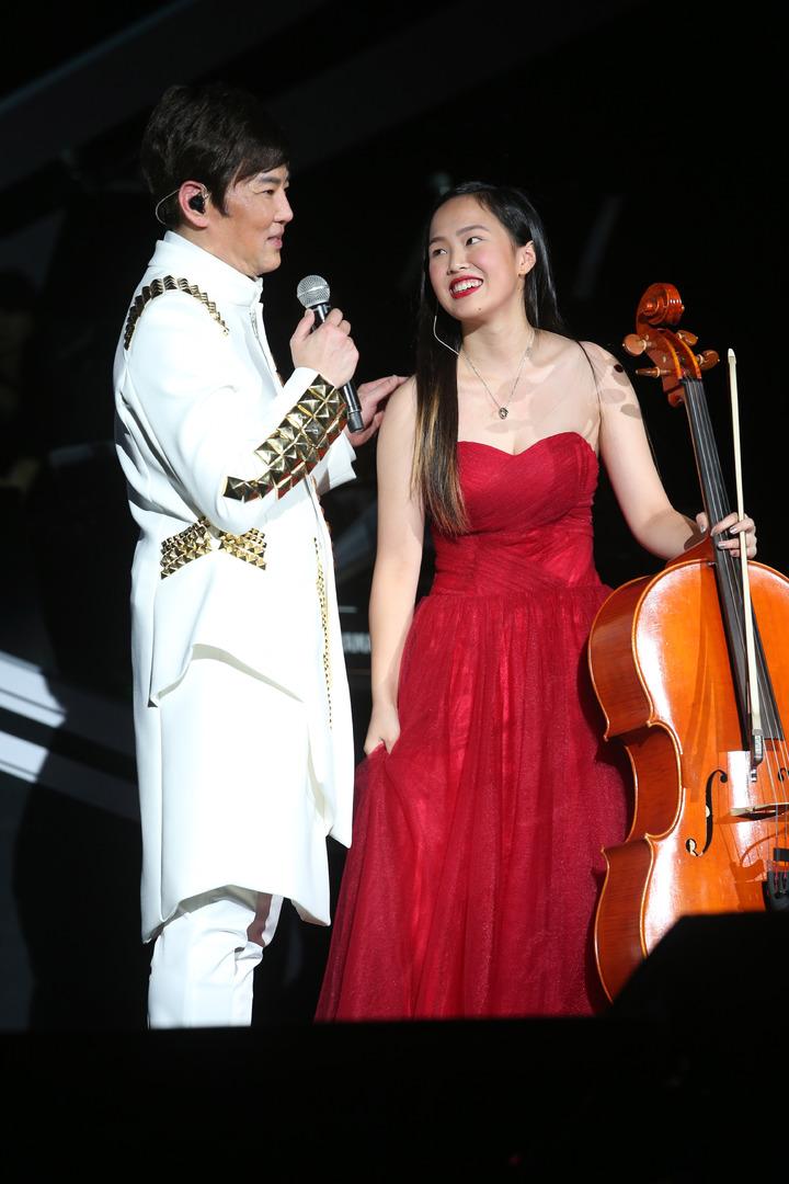 陽帆昨天舉辦「再一次相見」演唱會,女兒娜娜上台為他伴奏。記者陳瑞源/攝影