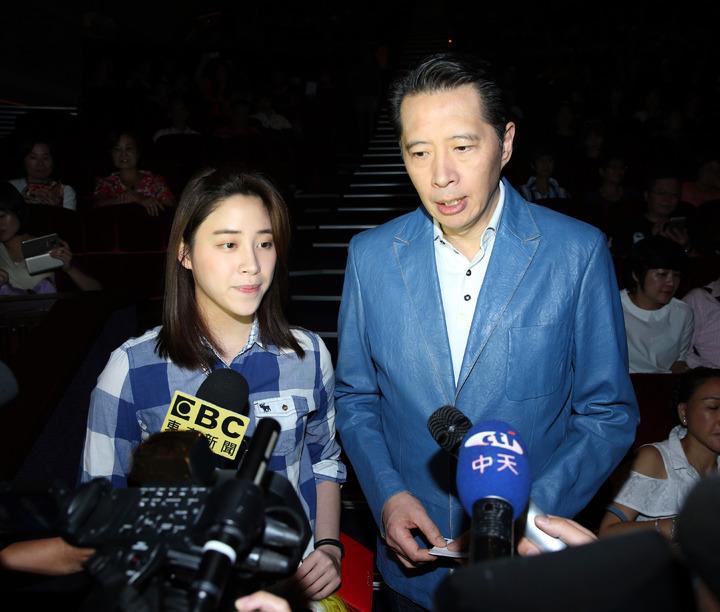 歐陽龍與歐陽妮妮昨天觀賞陽帆演唱會。記者陳瑞源/攝影
