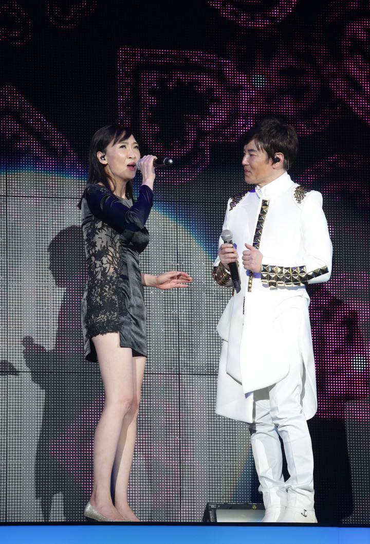 陽帆昨天舉辦「再一次相見」演唱會,老婆Julie上台對唱。記者陳瑞源/攝影