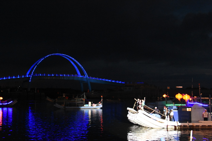彰化縣政府昨晚邀請甜蜜系女孩Twinko登上大型竹筏,為王功漁火節開唱,這是她們難得的體驗,也讓岸邊觀眾嗨翻王功漁港。記者何炯榮/攝影