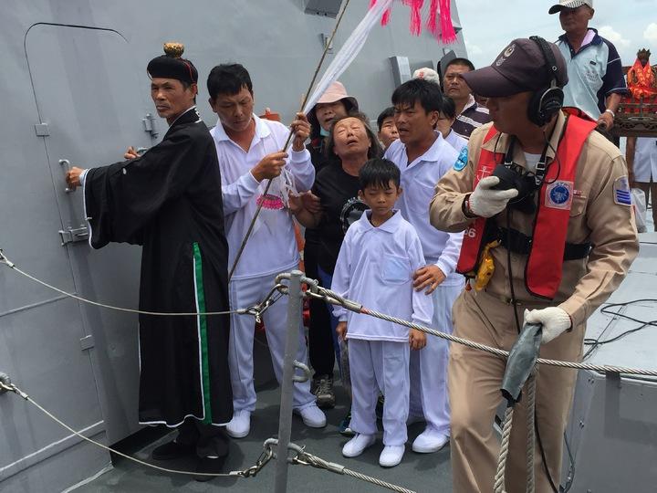 海軍飛彈快艇載黃文忠家屬招魂後,回到興達港基地。記者陳維鈞/攝影