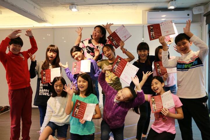 王琄(後)帶領年輕學子體驗表演的藝術。圖/好風光提供