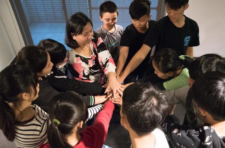 王琄(中)帶領年輕學子體驗表演的藝術。圖/好風光提供