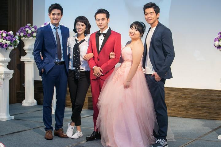 安俊朋(左起)、劉奕兒、楊銘威、大文、布魯斯拍「美好年代」婚禮戲。圖/中天提供