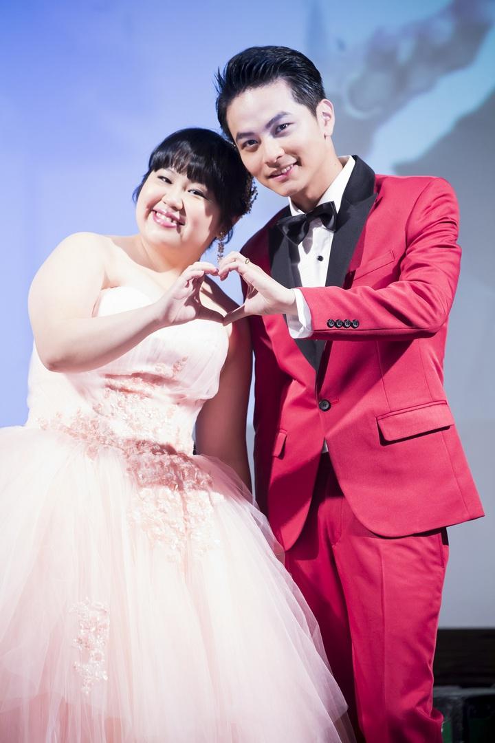 楊銘威、大文為戲「美好年代」拍攝婚禮戲,「新郎新娘」逗趣又甜蜜。圖/中天提供