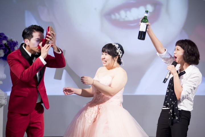 楊銘威(左起)拍婚禮戲遭惡整,喝下高跟鞋酒,大文、劉奕兒一旁吆喝。圖/中天提供