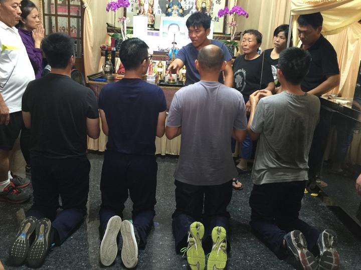 金江艦長林伯澤、兵器長許博為、士官長陳銘修、中士高嘉駿(依左至右)到黃文忠靈堂前上香下跪道歉。記者陳維鈞/攝影
