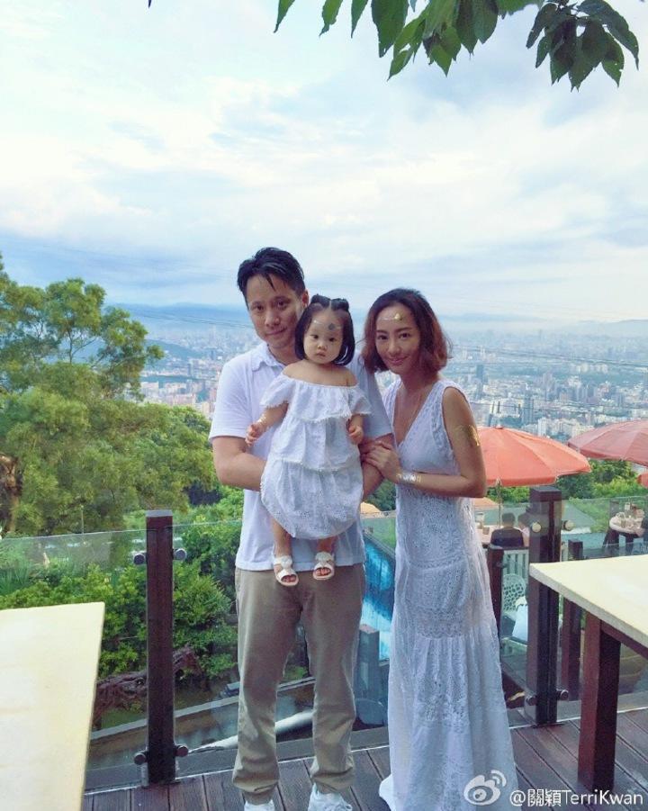 關穎、老公朱志威帶著女兒C.C出席慶生趴,一家三口好幸福。圖/摘自關穎微博