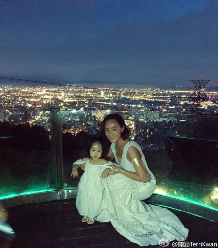 關穎開40歲生日趴,1歲多女兒C.C.穿上小洋裝,母女洋溢波希米亞風。圖/摘自關穎微博
