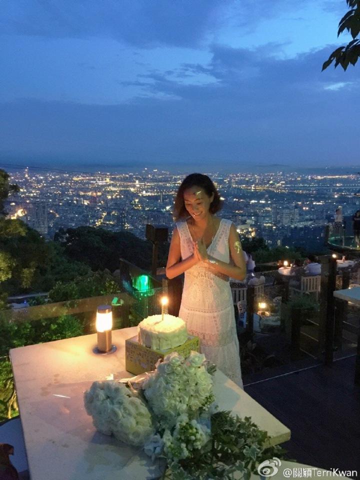 關穎過40歲生日,上山開趴開心吹蠟燭。圖/摘自關穎微博