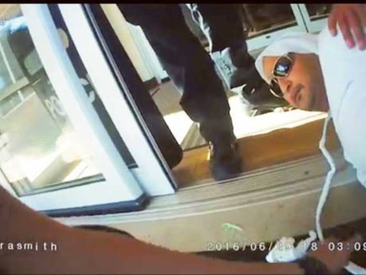 阿聯公民阿門哈利(Ahmad Al Menhali)上周在美國俄亥俄州埃文市(Avon)遭警方扭倒在地。(圖/網路照片)