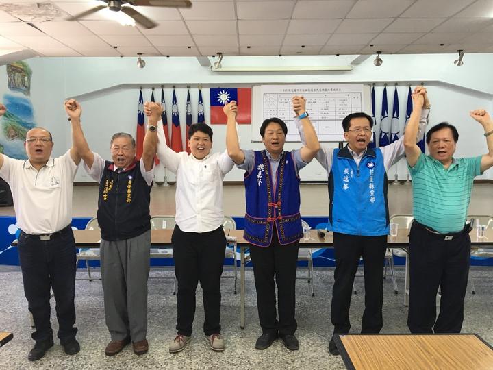 花蓮縣黨部公佈TVBS跟聯合報兩家民調公司的民調結果,由花蓮縣議員魏嘉賢(右三)以近7成支持率勝出。記者徐庭揚/攝影