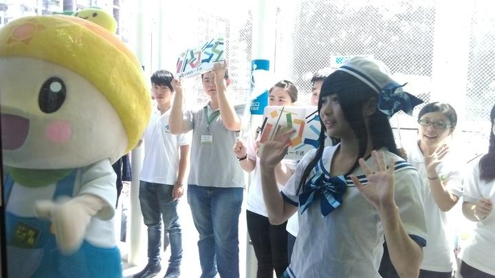 輕軌C5至C8站通車,沿線企業代表、吉祥物在月台上歡迎輕軌到來。記者蔡孟妤/攝影