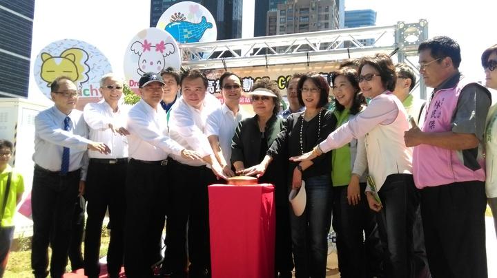 高雄市長陳菊等人按下通車紐,宣布輕軌C5至C8站正式通車。記者蔡孟妤/攝影