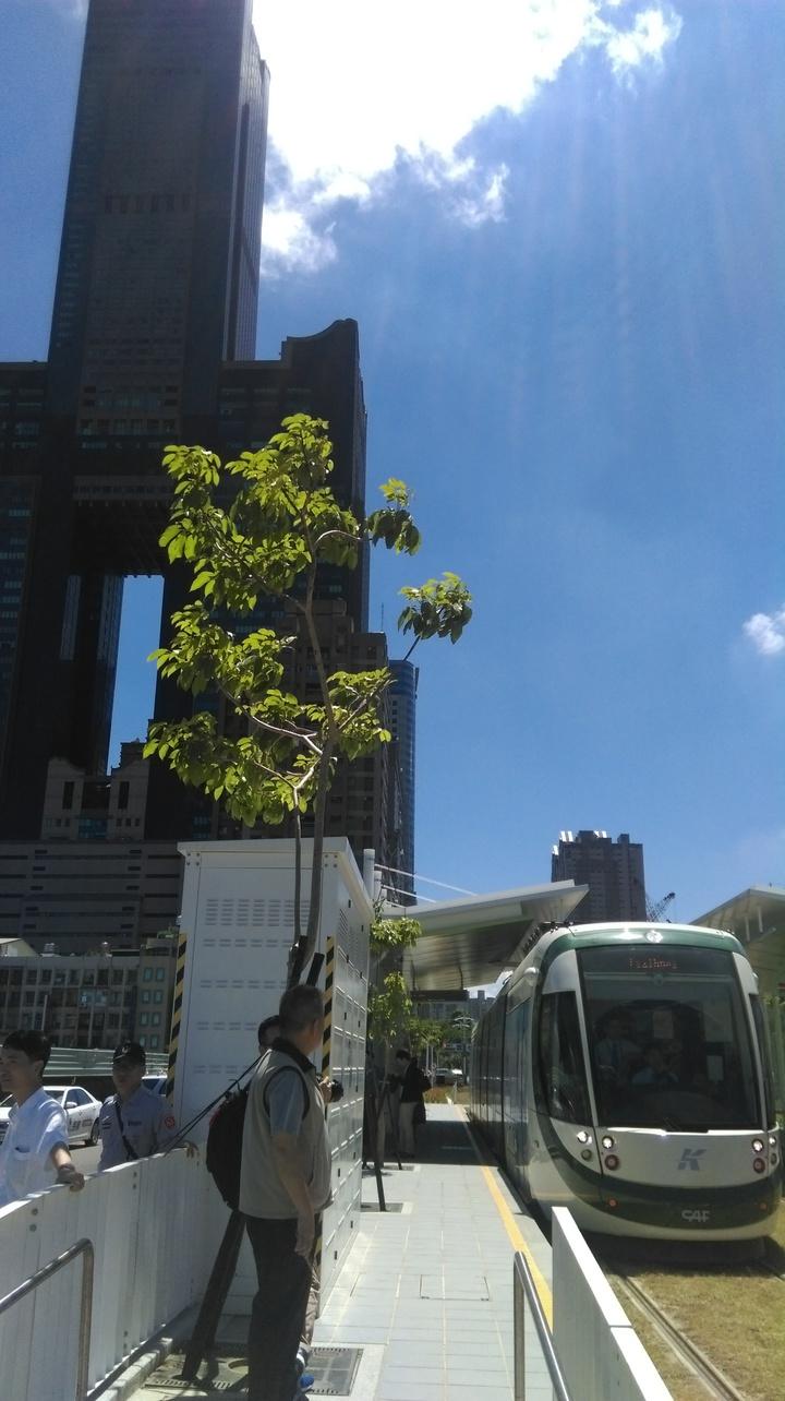 輕軌延伸至C8高雄展覽館站,等於正式駛入高雄重大建設亞洲新灣區內。記者蔡孟妤/攝影